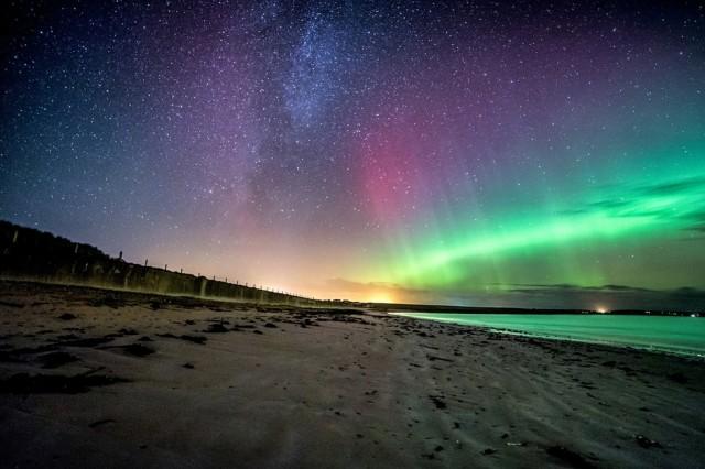 aurora-boreal-desde-una-playa-de-escocia