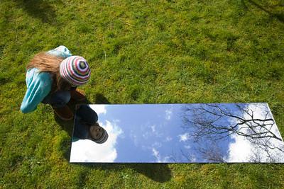 Por qu reflejan las im genes los espejos for Espejo que hace fotos