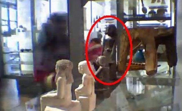 estatua egicpcia mueve sola manchester