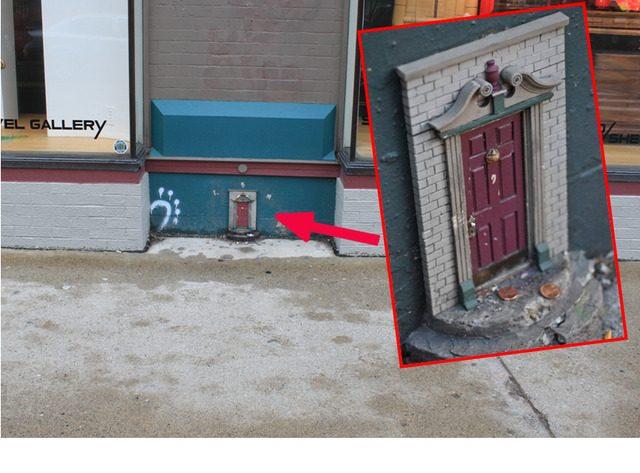 Puertas diminutas escondidas por toda una ciudad… el motivo te va sorprender